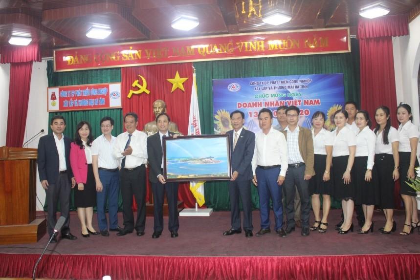 Phó Bí thư Thường trực Tỉnh ủy Hoàng Trung Dũng chúc mừng ngày Doanh nhân Việt Nam